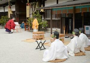 京都・下鴨神社で行われた葵祭の神事=15日午前
