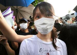 12日、香港の刑務所を出所した周庭氏(共同)