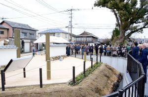 牛嶋構口公園の披露会で、石垣遺構を見学する参加者=佐賀市東佐賀町