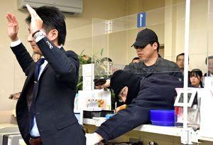 多くの金融関係者が参加した強盗対処訓練=神埼市神埼町の佐賀東信用組合神埼支店