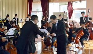 オーディションで本番指揮者に合格した鹿野智章さん(右)=唐津市の都市コミュニティセンター
