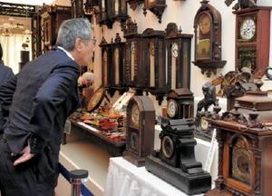 サテライトイベントとして、江戸から明治期の時計などを展示している逸品展=佐賀市の佐嘉神社記念館