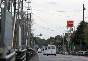11月、帰還困難区域への立ち入りを制限するバリケードが続く国道6号=福島県大熊町