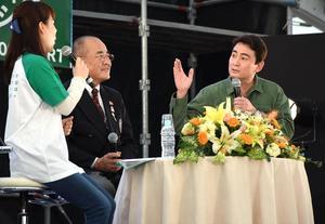 バルーンの搭乗体験や清掃活動について話したアルピニストの野口健さん(右)=佐賀市の嘉瀬川河川敷