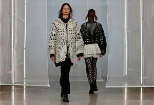 秋冬のパリコレで披露された、黒河内真衣子さんの「マメ」のコレクション=24日、パリ(ロイター=共同)
