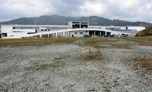 アイリスオーヤマの工場増設予定地。奥に見えるのは同社第2工場=鳥栖市西新町