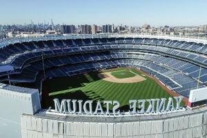 新型コロナウイルスの感染拡大で延期されている開幕を待つ、ニューヨークのヤンキースタジアム(AP=共同)