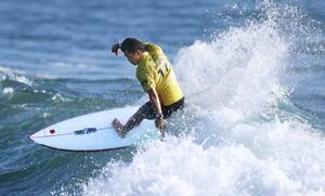 男子1回戦 波を攻める大原洋人=釣ケ崎海岸サーフィンビーチ