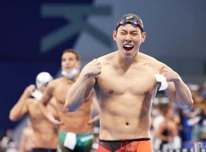 男子200メートルバタフライで銀メダルを獲得し、喜ぶ本多灯=東京アクアティクスセンター