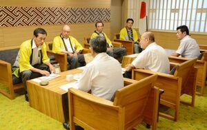 秀島市長を表敬訪問したシギの恩返し米プロジェクト推進協議会の吉村会長(左)=佐賀市役所