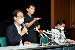 佐賀県内で新たに確認された新型コロナウイルスの感染者について説明する県健康福祉部の大川内直人部長(左)=20日夜、県庁