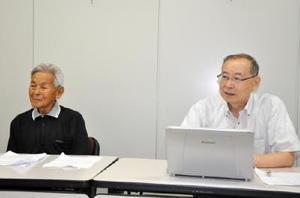 記者会見で史料のデジタル保存の必要性を訴える佐賀大名誉教授の長野暹氏(左)と穗屋下茂氏=県庁