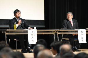 神埼市長選への立候補を予定している2氏が考え方を述べた公開討論会=市中央公民館