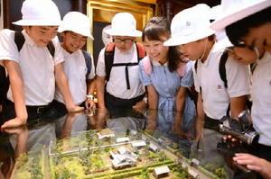 大隈生家周辺のジオラマに見入る児童たち=佐賀市の大隈重信記念館