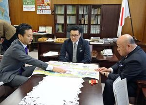 濱村進政務官(中央)に佐賀県の農業の実情を説明する山口祥義知事(左)=東京・霞が関の農林水産省