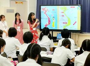 授業で留学生らの話を聞く佐賀商高の生徒たち=佐賀市の同校