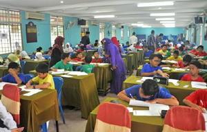 開成小6年生に向け手紙を書くマレーシア・シーフィールド小の児童たち(提供写真)