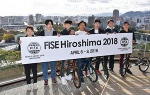 広島市で開催される都市型スポーツの国際大会「FISE」に出場する自転車BMXの佐々木元選手(右から3人目)ら各選手=20日午後、広島市