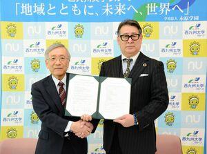 連携協定を結んだ西九州大の福元裕二学長(左)と龍谷高の吉松幸宏校長=神埼市の西九州大学神埼キャンパス