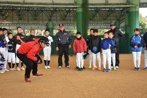 亀澤選手から守備の指導を受ける子どもたち=嬉野市のみゆきドーム