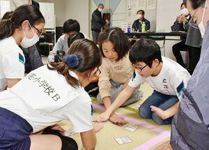 「伊万里観光いろはかるた」の小学生大会決勝で対戦した立花小A、Bチーム=伊万里市民センター