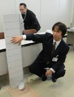 食卓並みの70センチの高さからの落下実験で、割れなかった「世界最強磁器」=佐賀県庁