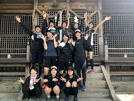 「小城市の須賀神社で階段を使ってトレーニング! みんなで登り切りました! 達成感!!!」=小城市の須賀神社(県スポーツコミッション提供)
