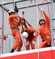 「引揚救助」で要救助者を引き揚げた隊員=佐賀市の県消防学校