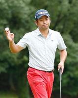 第2日、9番をパーでまとめ、声援に応える池田勇太。通算7アンダーで首位=岐阜関CC