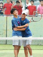 テニス男子ダブルスで優勝した敬徳の前田笑輝(左)、青山剛丸組。前田はシングルスも制し、2冠を達成した=SAGAサンライズパーク庭球場