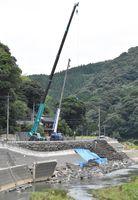 24時間態勢で復旧工事が進められてきた徳須恵川の護岸崩落現場=唐津市北波多