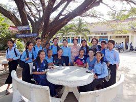 「カンボジア教育支援フロム佐賀」のメンバーと支援する学校の生徒たち(提供写真)=2018年、カンボジア