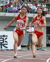 陸上女子400メートルリレー準決勝 佐賀北の3走白石実里(右)からバトンを受けてダッシュするアンカー皆良田はるか=岡山市のシティライトスタジアム