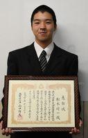 銅賞入賞をたたえる知事感謝状を受けた松永将一さん=佐賀県庁