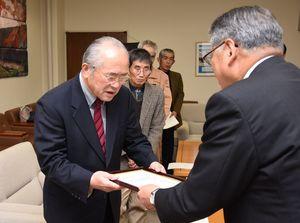 松本茂幸市長から登録証を受け取る坂井和美区長(左)=神埼市役所