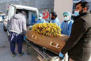 アフガニスタンの首都カブールで、司法解剖を終えて病院に運ばれる中村哲さんのひつぎ=6日(共同)