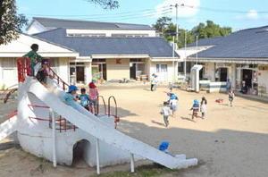 100周年を迎えた唐津幼稚園の園舎。手前が大型遊具の2代目「しろくまちゃん」=唐津市西城内