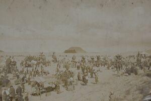 写真展で展示する昭和初期の唐津くんちの様子。唐津市の西の浜の砂地に曳山が並んでいる(唐津神社所蔵)