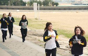 体力づくりのため、浜辺の道を走るメンバー。汗をかいてもお化粧が落ちないのはなぜ?