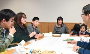 住みやすい佐賀県を目指し、意見を交わすタイ出身者ら=佐賀市の佐賀商工ビル
