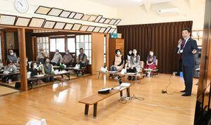 終活の必要性を訴える丸和パートナーズの髙井和弘さん(右)=佐賀市の諸富自治会館