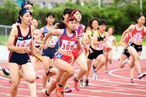 【陸上】女子400メートルリレー決勝 第1走者からバトンを受けスタートする選手たち=24日、佐賀市のSAGAサンライズパーク陸上競技場