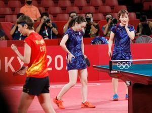 女子団体決勝 中国戦の第1試合でポイントを奪われ、肩を落とす石川佳純(奥左)、平野美宇組=東京体育館