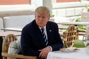 24日、フランス・ビアリッツで、マクロン大統領との昼食会に出席するトランプ米大統領(AP=共同)