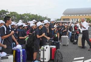 県選手団を激励する東島理事長(右)=佐賀市の県総合運動場駐車場