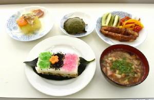 鳥栖市に伝わる郷土料理。手前左が柿の葉寿司で、その右がのっぺい汁
