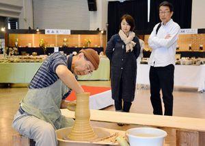 ろくろを使った器の成形を見学する来場者=唐津市新興町のふるさと会館アルピノ