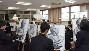 鉛筆だけで光と影を表現する高校生たち=佐賀市天祐の佐賀北高校
