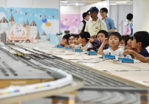 模型列車を走らせ、楽しむ子どもたち=佐賀市の佐賀玉屋