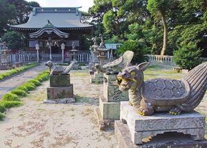 妙見神社に奉納されている亀の石像=唐津市藤崎通